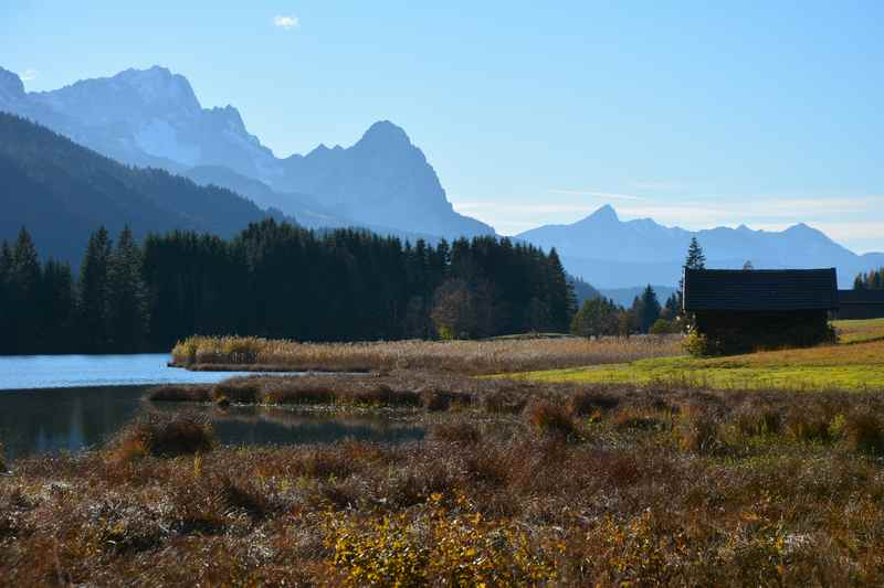 Der Uferbereich am Geroldsee, hinten das Wettersteingebirge mit der Zugspitze