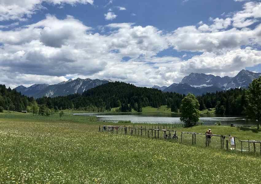 Zum Geroldsee mountainbiken und mit Blick auf´s Karwendel baden