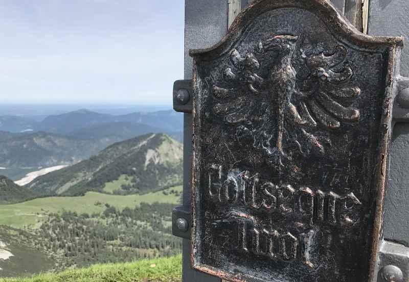 Das Gipfelkreuz am Scharfreiter oder Scharfreuter steht direkt an der Grenze von Tirol und Bayern