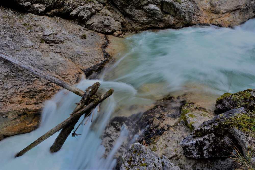 Türkisgrünes Wasser in den Gumpen der Klamm. Früher wurde hier Holz gedriftet.