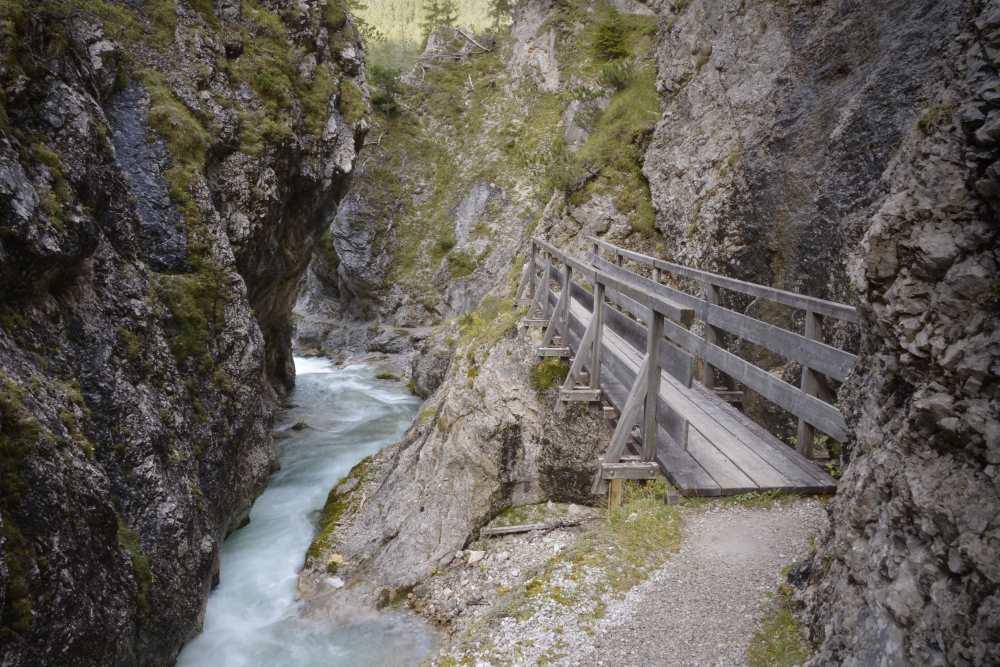 Über Brücken und auf schmalen Stegen durch die Gleirschklamm im Karwendel