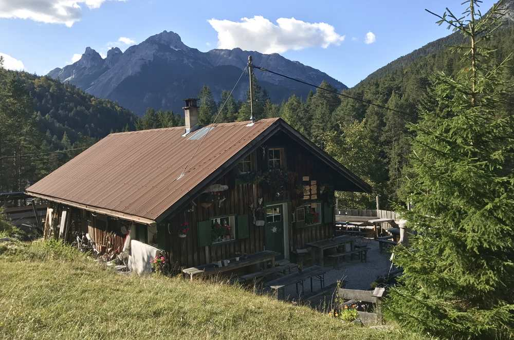 Einkehr auf der Gleirschklamm Wanderung bei der Scharnitzer Alm im Karwendel