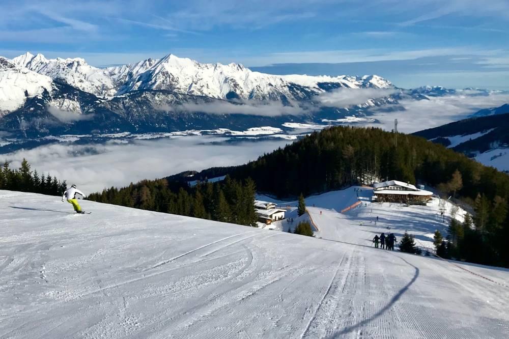 Skigebiet Glungezer:  Die Abfahrt auf der Skipiste oberhalb von Halsmarter