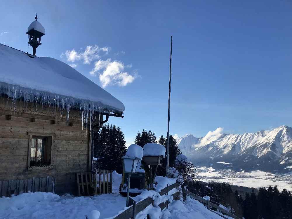 Bei der Tulfer Hütte hast du einen Traumblick auf das verschneite Karwendel