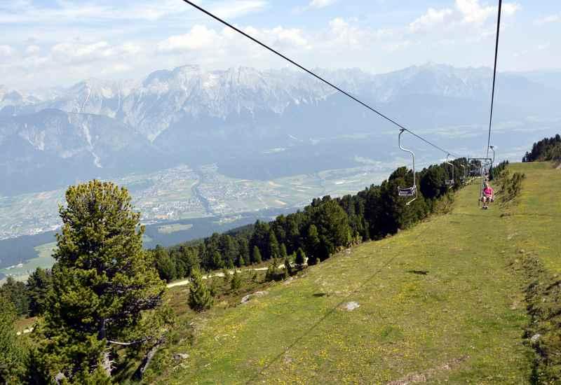 Mit der Glungezerbahn zum Zirbenweg Innsbruck fahren, samt Blick auf das Karwendel