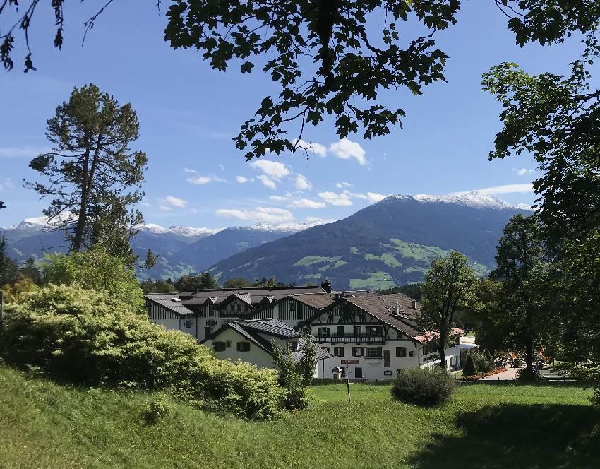 Gnadenwald Hotel - Blick über das Hotel in die Tuxer Alpen