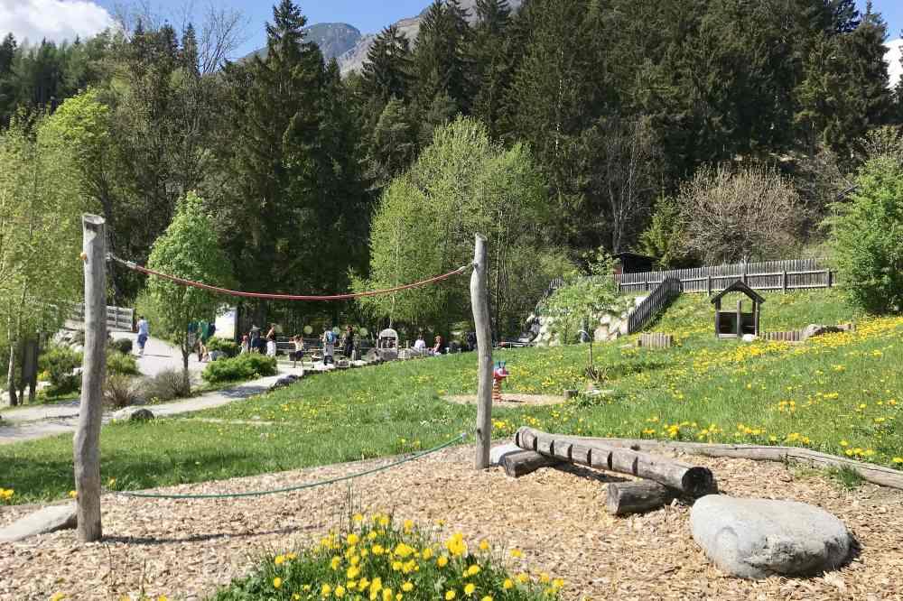 Und hier hinter diesem Spielplatz ist noch eine Lokomotive aus Holz, samt Tischen und Bänken rundherum.