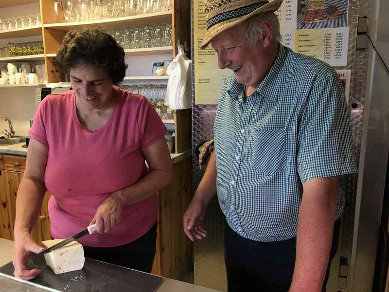 Bei Adi und Gabi in der Goas Alm - den frischen Ziegenkäse probieren oder lieber Speck mit einem natürtrüben Apfelsaft?