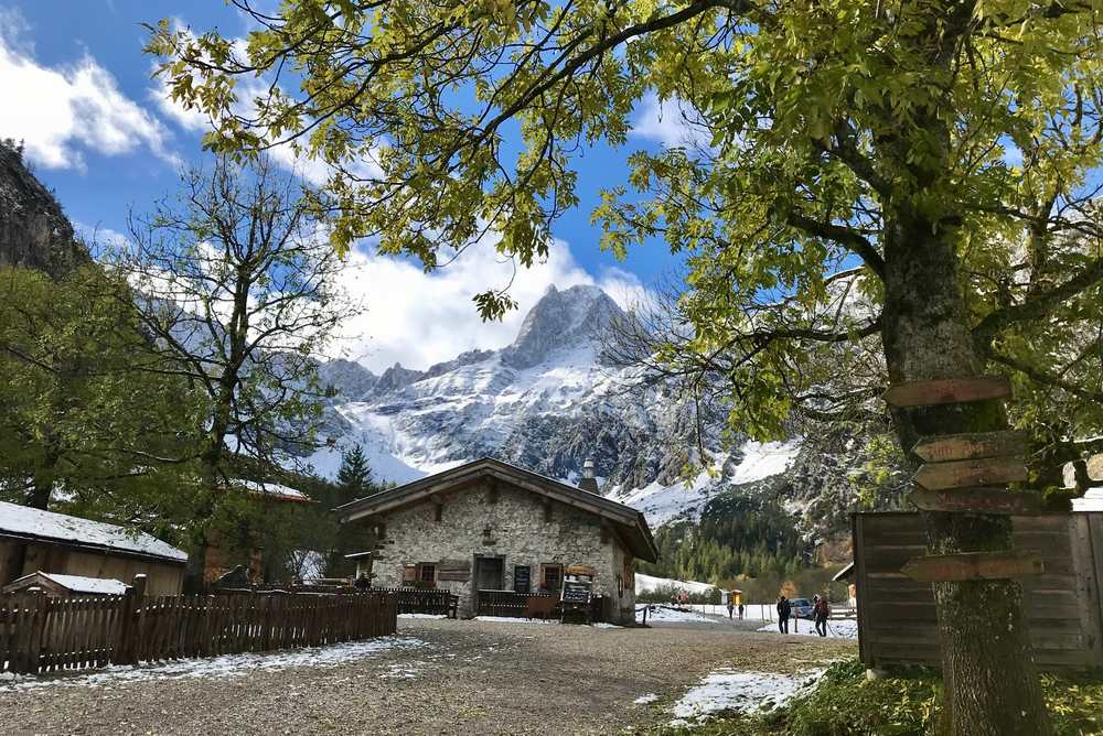 Der Herbst auf der Gramaialm - hinten in die Lamsenspitze im Schnee