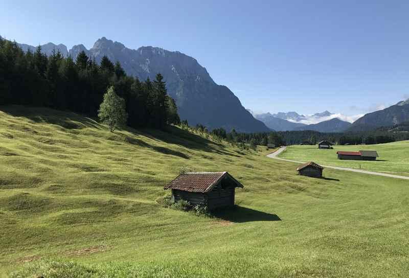 Von der Gröbl Alm geht es zuerst mit dem Mountainbike durch die Buckelwiesen, hinten im Bild das Karwendelgebirge