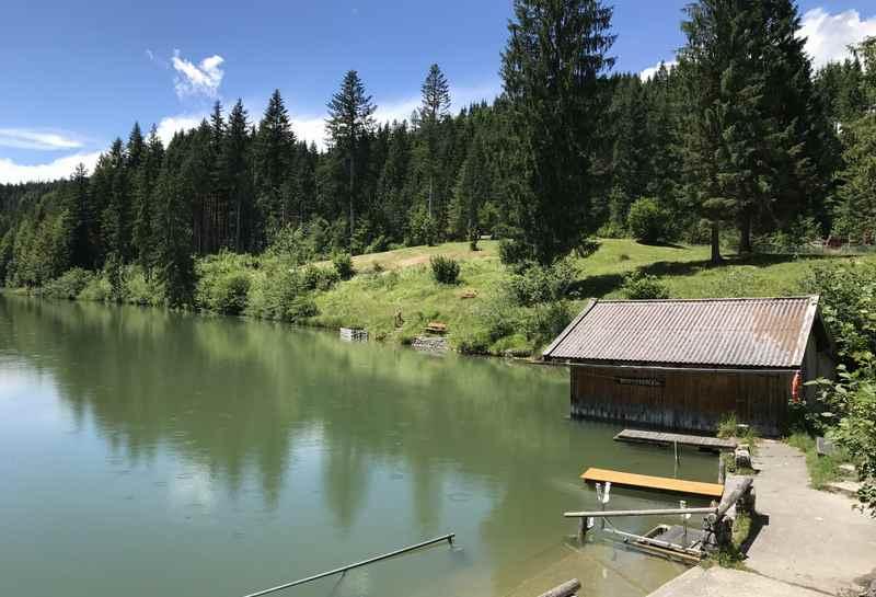 Am Grubsee gibt es ein offizielles Standbad mit Kabinen und Kiosk, in Krün beim Karwendel