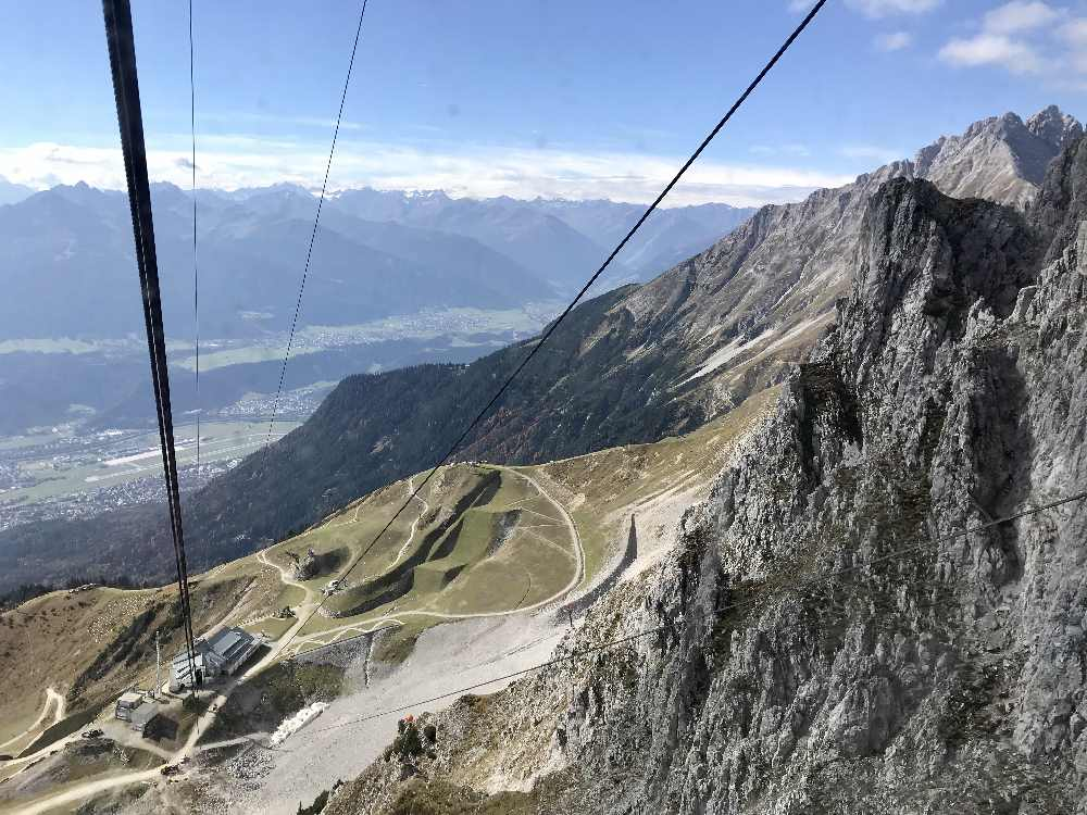 Steil und nah an die Felsen - die Hafelekarbahn auf der Nordkette in Innsbruck am Hafelekar