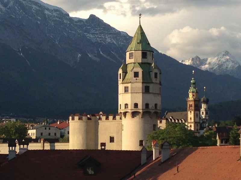 Mächtige Türme zieren die Altstadt von Hall in Tirol, hier die Münze