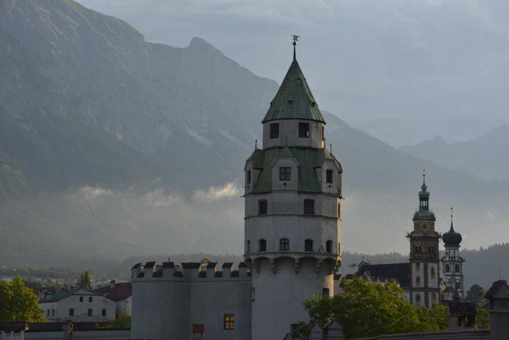 Die Burg Hasegg in Hall in Tirol mit dem Münzturm