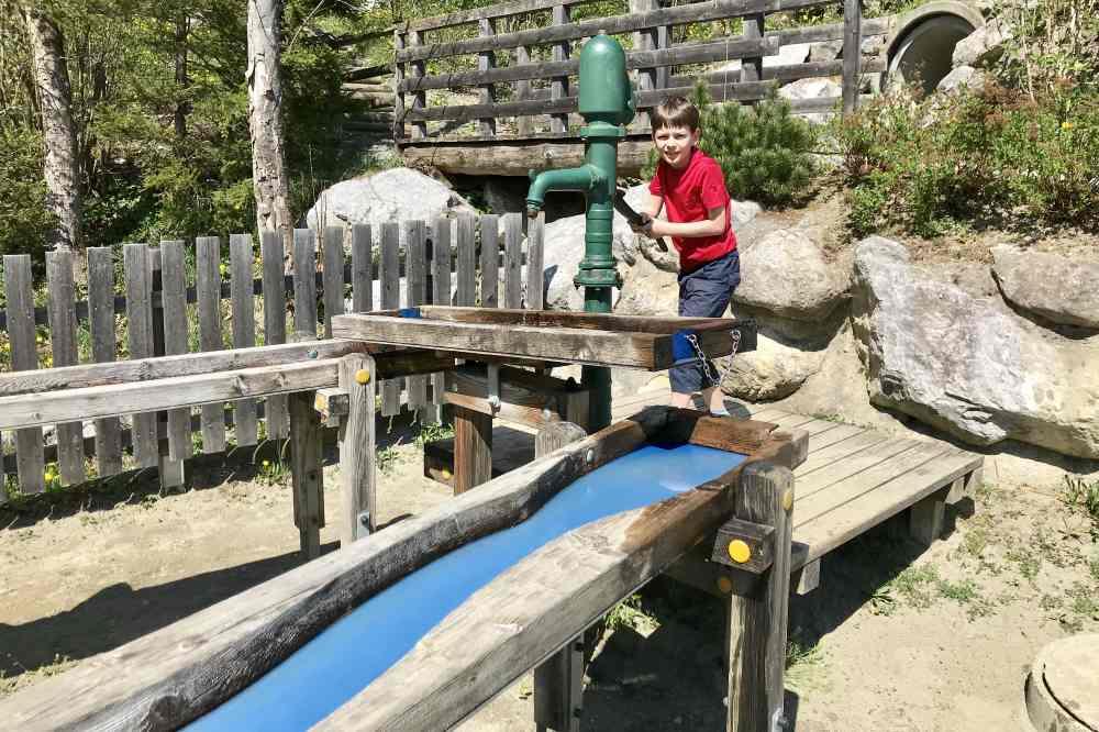 Zum Spielplatz im Halltal gehört auch ein Wasserspielplatz dazu.