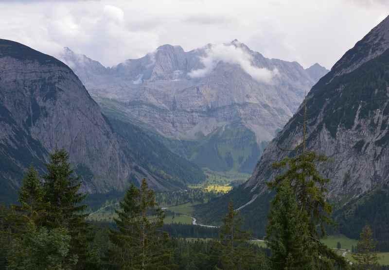 Der Blick von der Hasentalalm auf den Ahornboden im Naturpark Karwendel