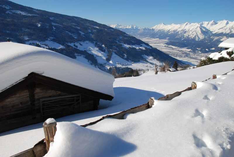 In Weerberg rodeln - von der winterlich verschneiten Hausstatt beginnt unsere Rodeltour
