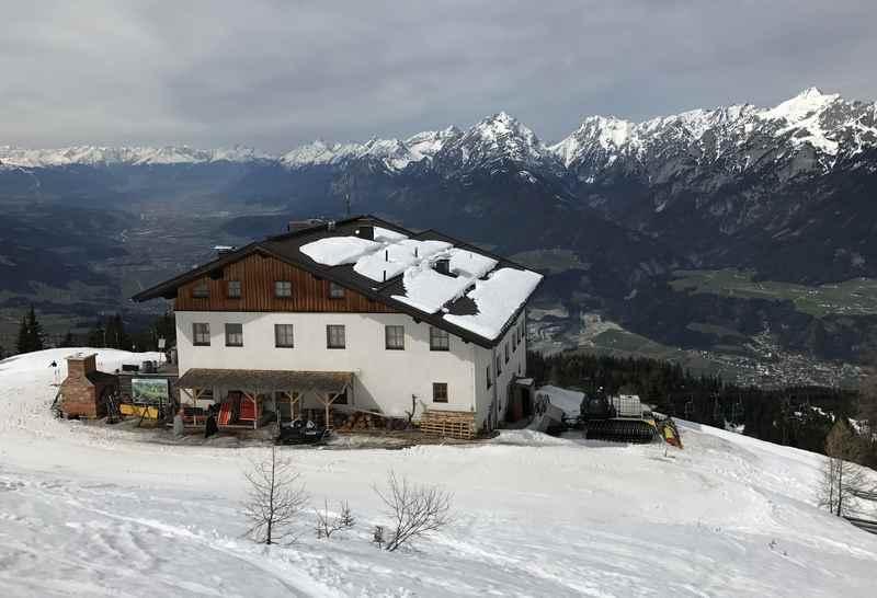 Die Skitour führt beim Hecherhaus vorbei in den freien Skiraum der Tuxer Alpen