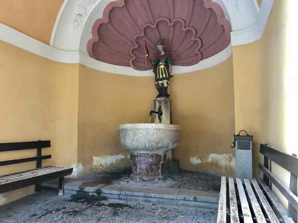 Aus diesem prunkvollen Brunnen sprudelt das Heilwasser neben der Maria Larch Kapelle
