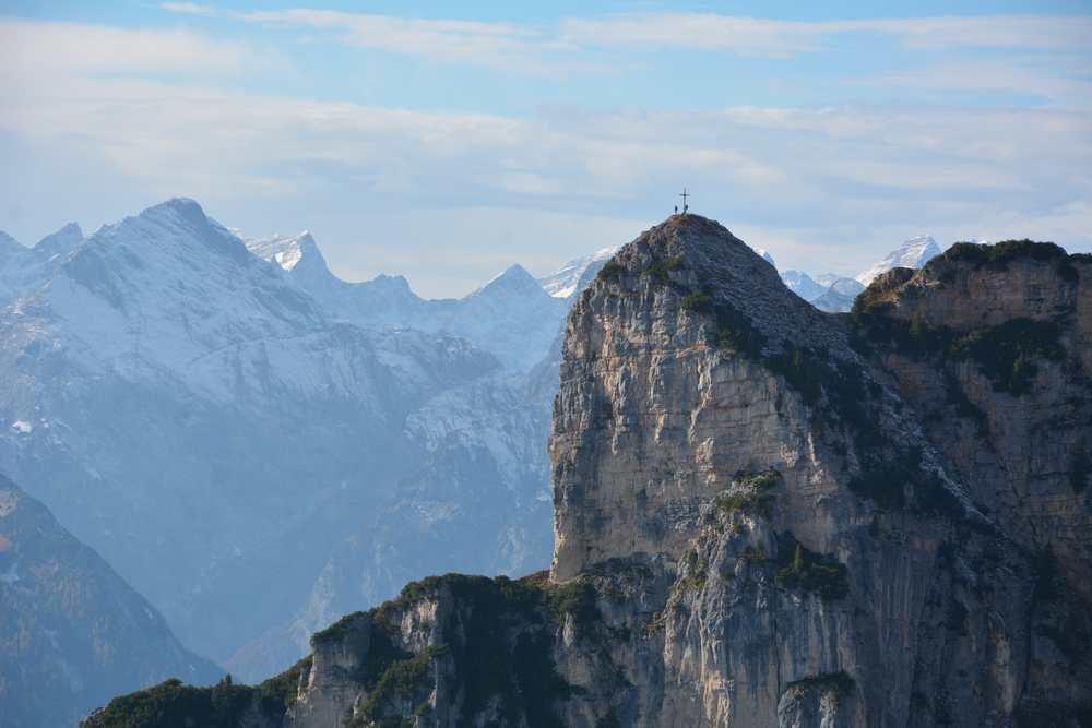 Die Karwendel Bergspitzen sind im Herbst schon leicht mit Schnee angezuckert