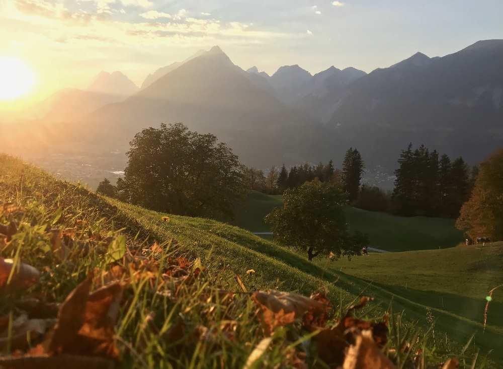 Der Sonnenuntergang im Herbsturlaub mit den bunten Blättern ist besonders intensiv