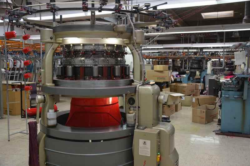Geiger Mode: Große Maschinen bei der Herstellung des Geiger Walkstoff