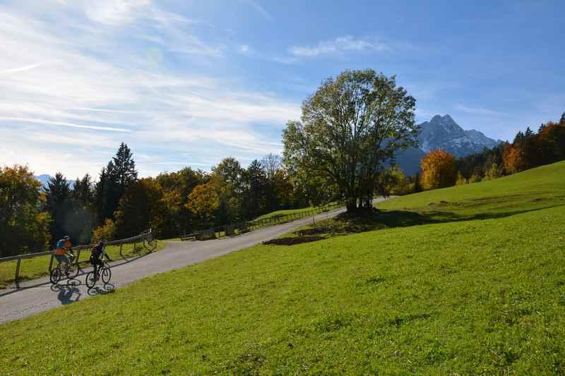 Auf dem Heuberg mountainbiken in Stans, im Naturpark Karwendel