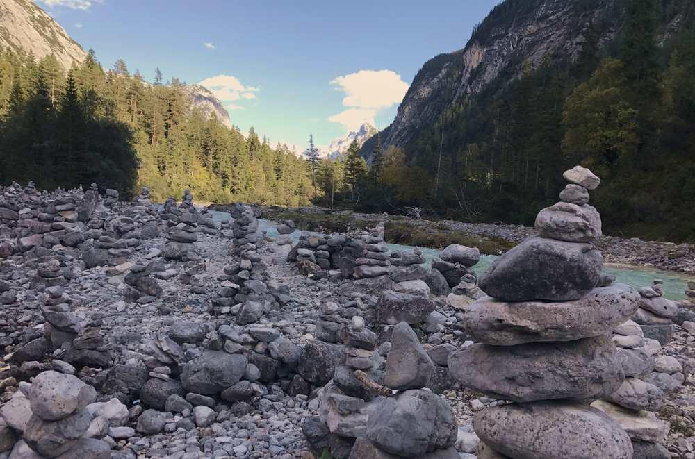 Viele Steinmandln - also Steinmännchen - zieren die Isar im Hinterautal