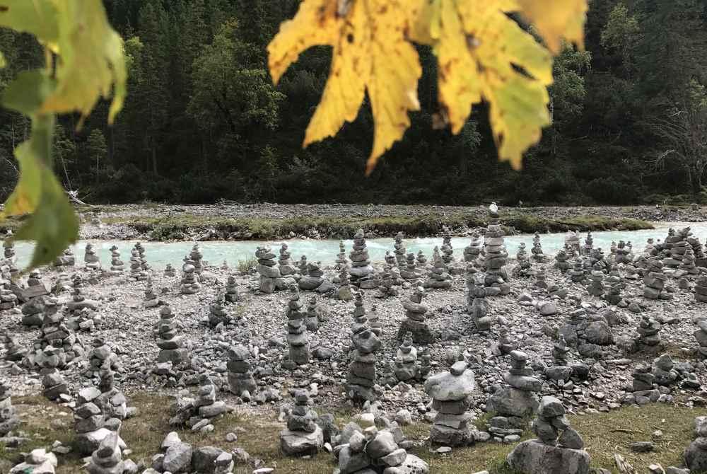 Traumhaft im Herbsturlaub: Die Steinmandln im Hinterautal am Weg zum Isarursprung