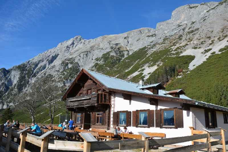 Die Hinterhornalm mit dem Hundskopf und dem Karwendel, Hütte in Gnadenwald
