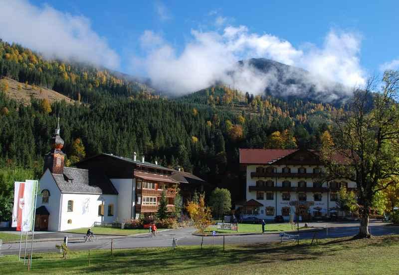 Der kleine Ort Hinterriss mit der Kapelle und dem Gasthof zur Post in Tirol