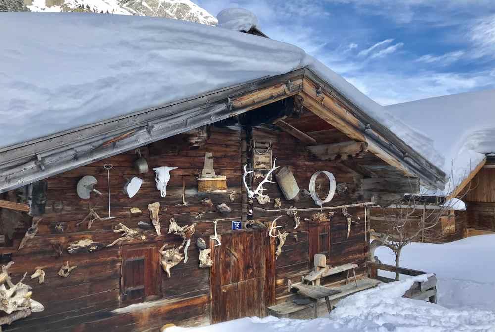 Der Winter am Ahornboden hat seinen besonderen Reiz - meterhoch liegt der Schnee auf den Hütten.