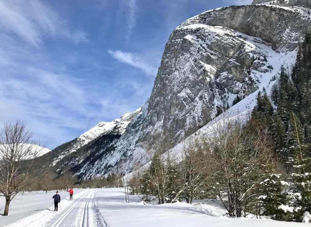Riesig sind die Berge des Karwendelgebirge neben der Karwendelloipe