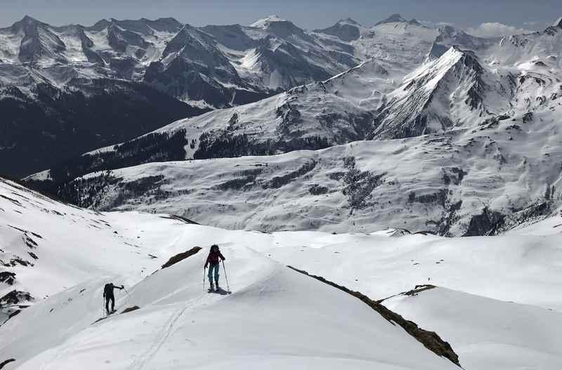 Der letzte Anstieg auf Gipfel Nummer 4: Das Hobarjoch mit diesem Ausblick auf die Zillertaler Alpen bei der Frühlingsskitour