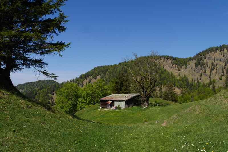 Die eher verfallene Hütte auf der Hochalm - aber in schönster Lage