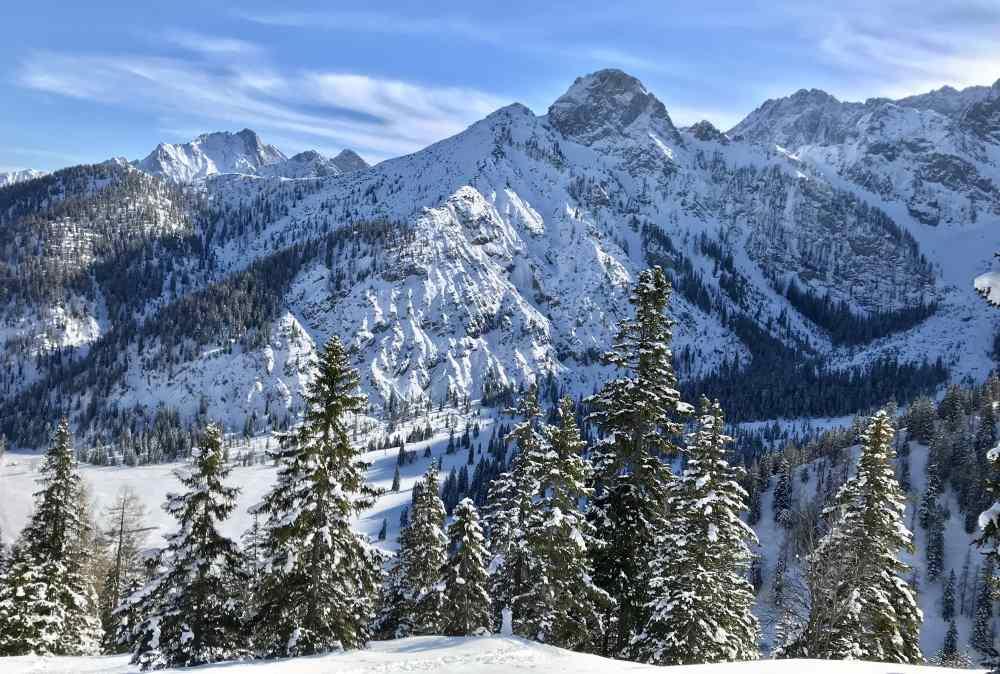 Hinterriss Skitour: Von der Rohntalalm geht es zügig hinauf mit dem Blick auf die verschneiten Berge