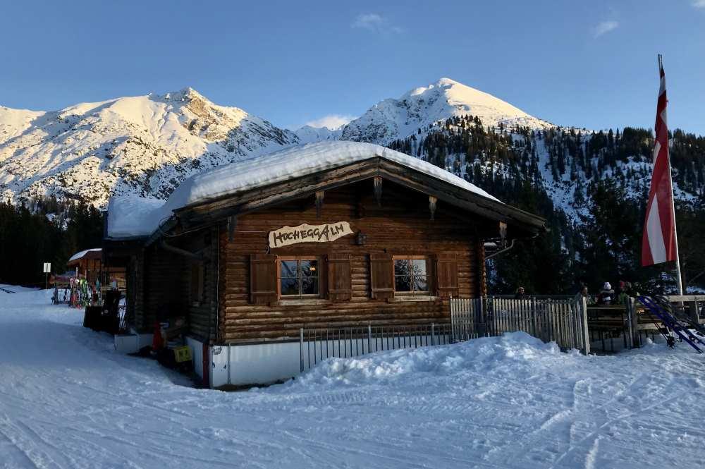 Die Hochegg Alm mit dem Seefelder Joch und der Reither Spitze im verschneiten Karwendel
