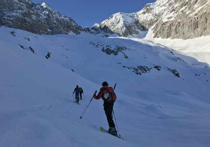Hochglück Skitour: Der Aufstieg im Hochglückkar - oben ist schon die Scharte in der Sonne
