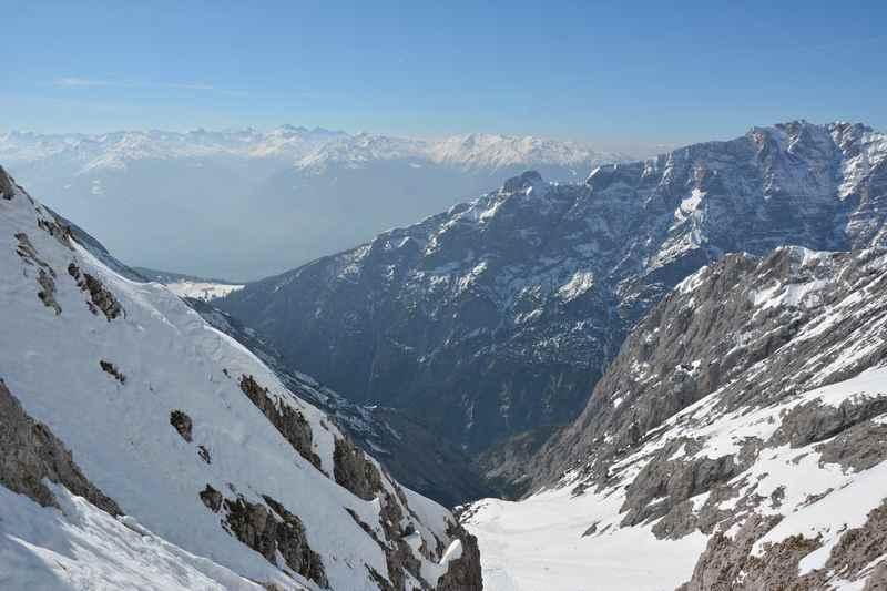 Der Blick von der Hochglückscharte ins Inntal und auf die Zillertaler Alpen