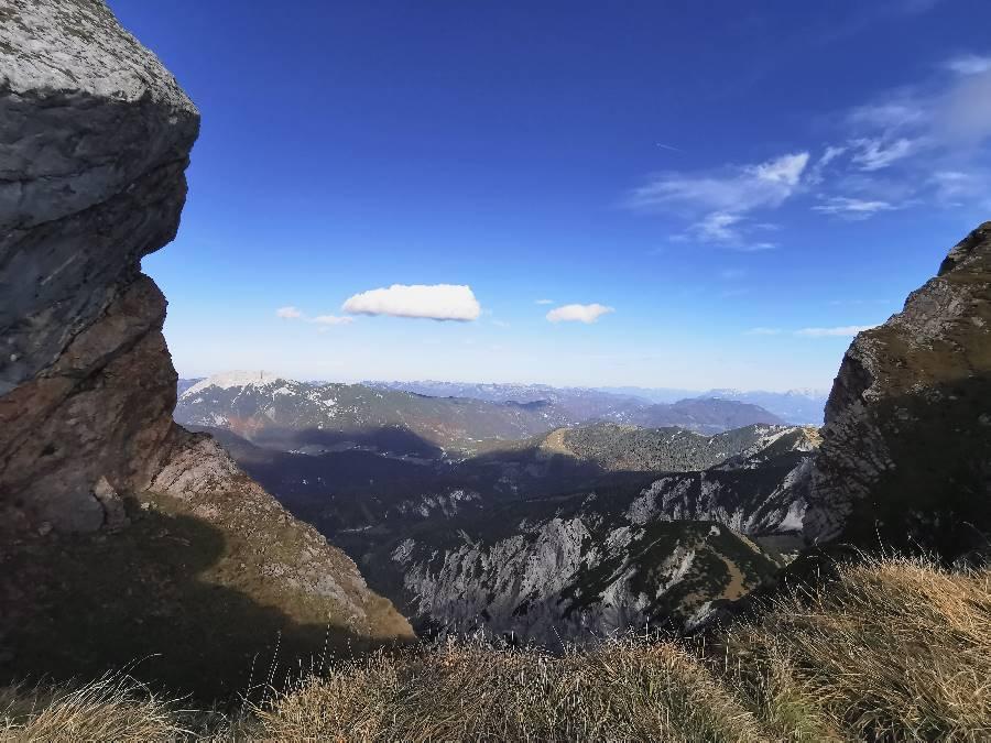 Hochiss Ausblick in Richtung Bayern: Mit dem Guffert im Rofan und dahinter den Blaubergen