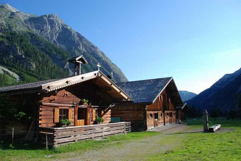 Hochzeit auf einer Alm Tirol? - die Hütten der Engalm neben der Kapelle