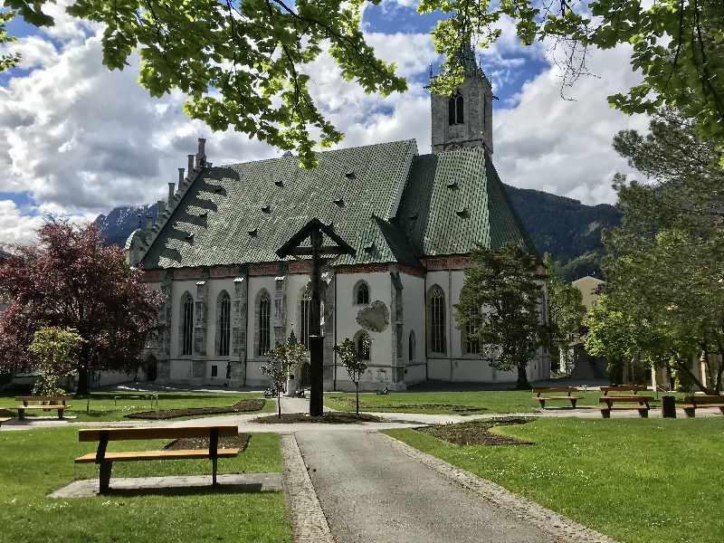 Hochzeit in den Bergen: Die monumentale Kirche in Schwaz in Tirol