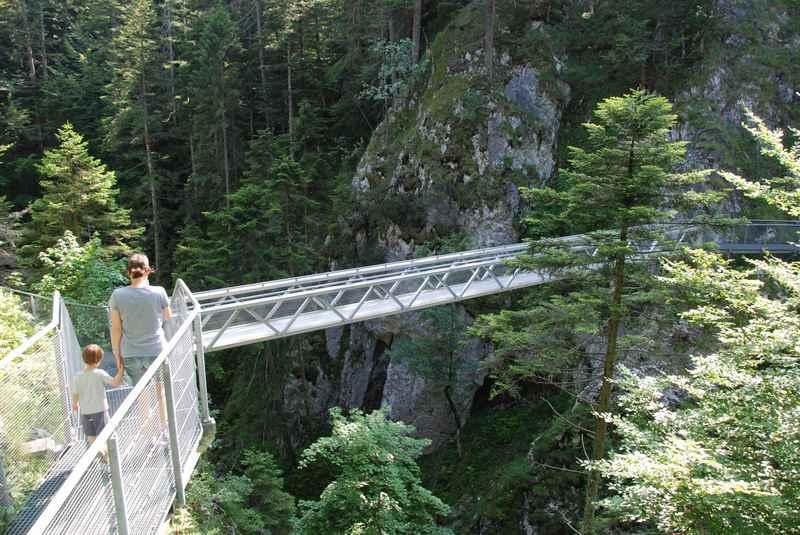 Über die Höllbrücke in der Geisterklamm wandern