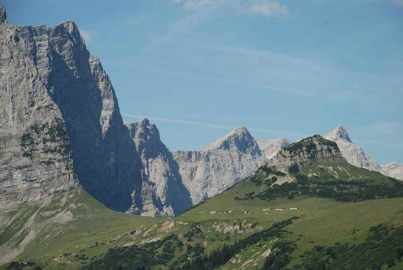 Die große grüne Almwiese ist das Hohljoch, dahinter die Laliderer des Karwendel