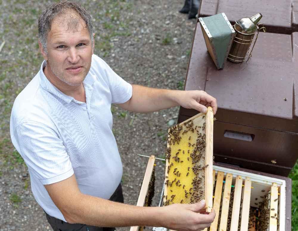Sonst arbeiten die Imker wie Klaus Farthofer im Wald oder in ihrer Imkerei - unsichtbar für die Konsumenten. Bei den Tiroler Honigtagen stellen sie ihr Wissen zur Schau. Foto: Albert Unterkircher
