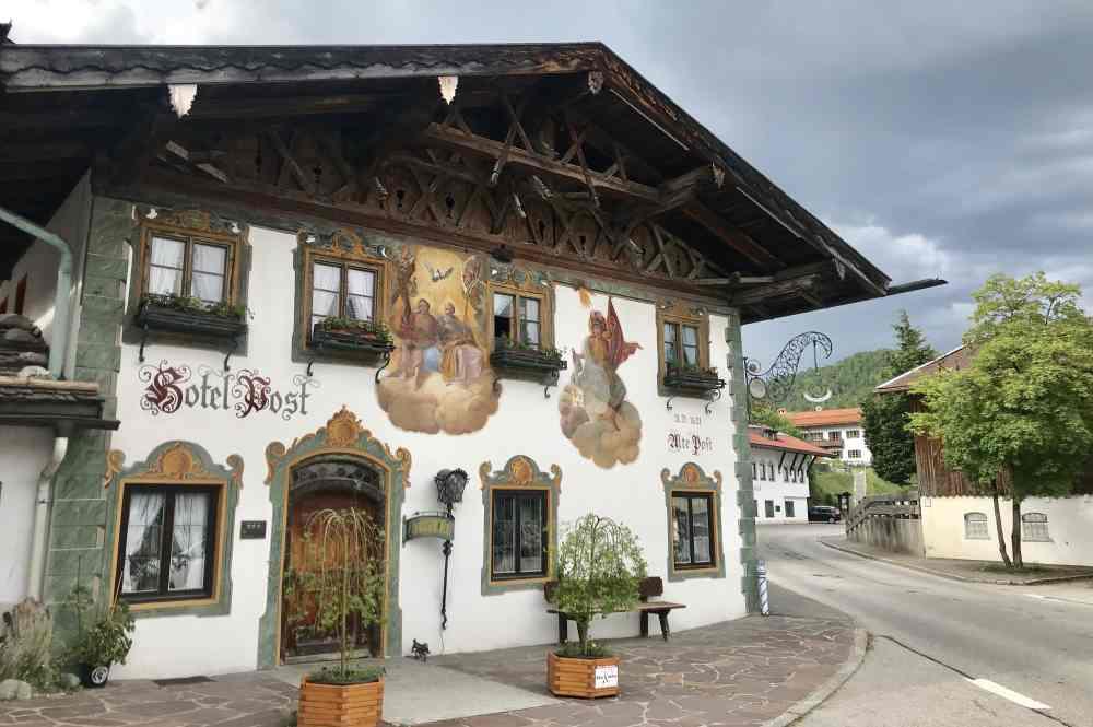Wohnen im gepflegten Denkmal mit Lüftlmalerei: Der Hotel Post Wallgau
