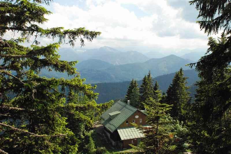Aussicht am Brauneck mit Hütte oberhalb von Lenggries, der Isarwinkel