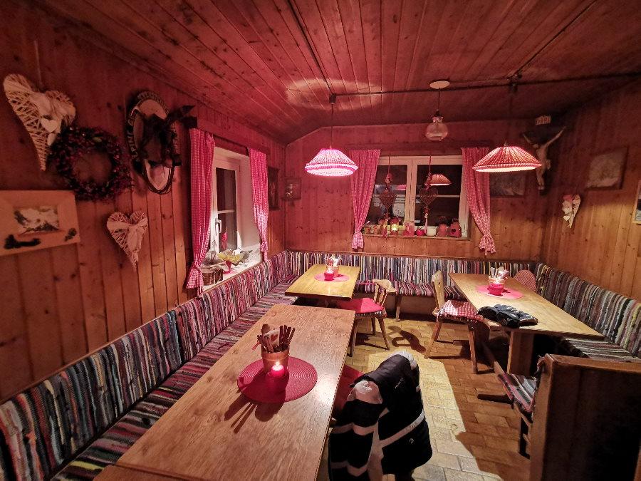 Suchst du eine Hütte für deine Geburtstagsfeier nahe München? Das ist ein Teil der urigen Stube