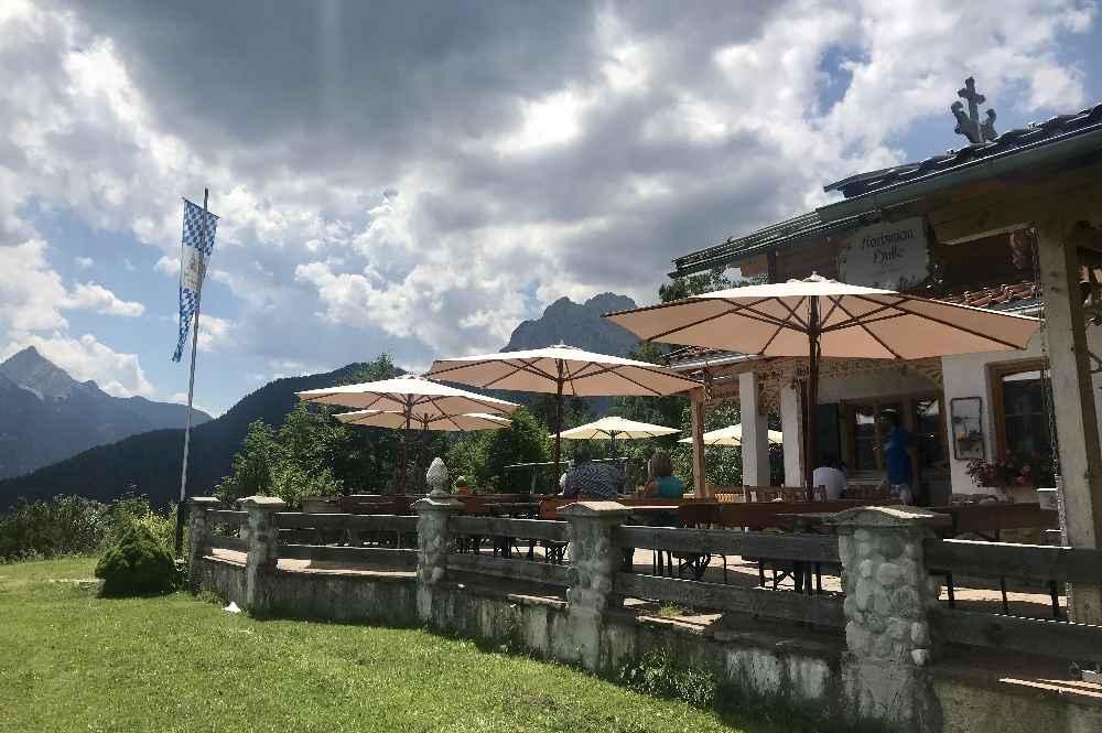 Die sonnige Terrasse auf der Korbinianhütte mit Blick auf´s Wettersteingebirge