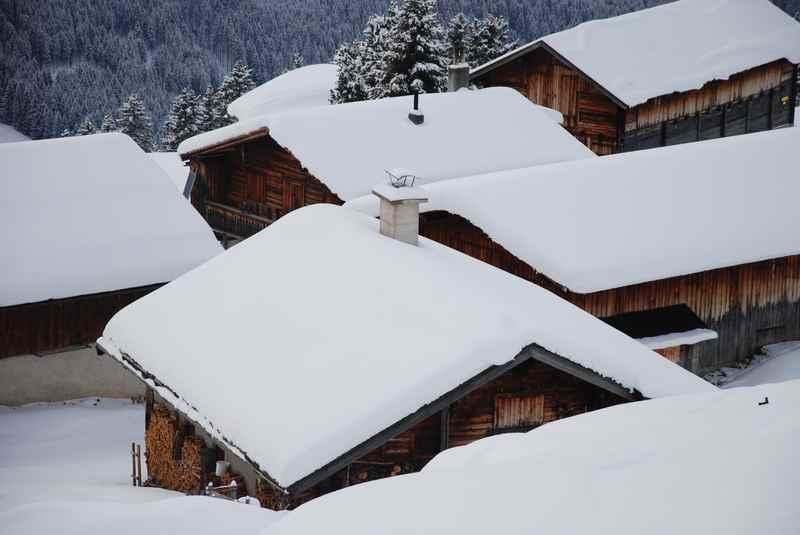Zu urigen Hüttendörfern beim Schneeschuhwandern in Tirol